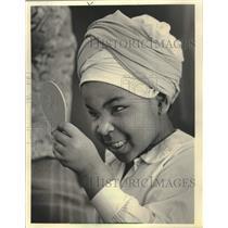 1984 Press Photo Jayleigha McDowell of Brownie Troop 747 tried on African turban