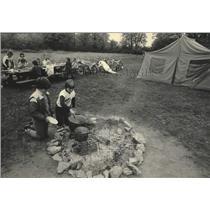 1984 Press Photo Girl Scouts cook breakfast at Menomonee County Park - mjc38652
