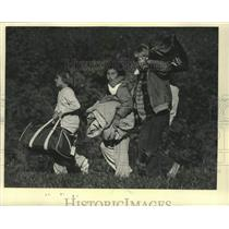 1985 Press Photo Girl Scouts packed up after camping over night in Wisconsin