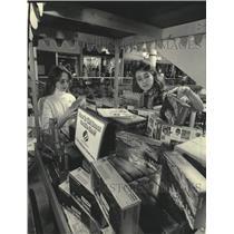 1985 Press Photo Donna Laughrin, Jenny Chancellor arrange GS cookies, Milwaukee.