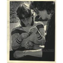 1985 Press Photo Tracey Gimmier girl scout with her mom Sherry, Wisconsin.