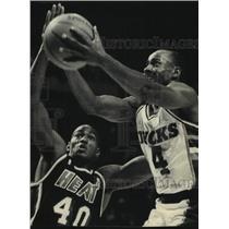 1988 Press Photo Miami's Sylvester Gray tries to stop Bucks' Sidney Moncrief