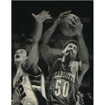 1988 Press Photo Charlotte's Robert Reid beats Buck Larry Krystkowiak to ball