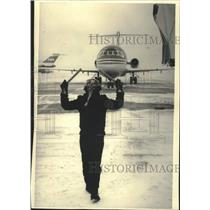 1988 Press Photo Ground crew directs Midwest Express flight into Mitchell Field