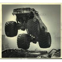 "1988 Press Photo Driver of a truck named ""Kodiak"" got airborne over junked cars"