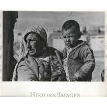 1989 Press Photo Woman holds little boy in Middle Eastern refugee camp