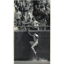 1993 Press Photo David Hulse misses Brewers' Greg Vaughn's triple in 4th inning.