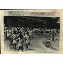 1966 Press Photo Indians in Trivandrum throw rocks as they demonstrate for rice