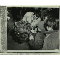 1969 Press Photo Minnesota Vikings football player Joe Kapp and fans - nos18430