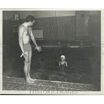 1970 Press Photo Swimming - Ken McGartlin shows swimming strokes to a child