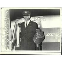 1970 Press Photo Captain Thomas Mayberry leaves hijacked American Airlines, DC-9