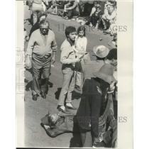 1972 Press Photo Don Markstein, Dixie reporter sells peanuts on Mardi Gras