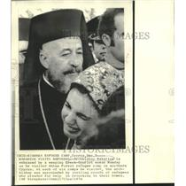 1974 Press Photo Archbishop Makarios with weeping Akhna Forest refugee in Cyprus