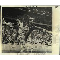 1976 Press Photo Portland Trail Blazers and New Orleans Jazz play NBA basketball