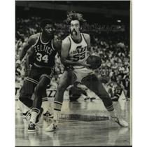 1977 Press Photo New Orleans Jazz basketball player Rich Kelley vs. Celtics