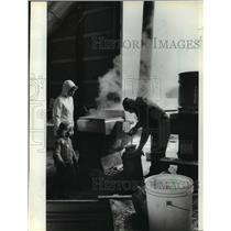 1981 Press Photo Larry and Ardyce Eisentraut make Maple Syrup, Wisconsin