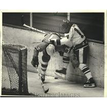 1982 Press Photo Saginaw's Lawrie Nisker, Admirals' Fred Berry Battle In Hockey