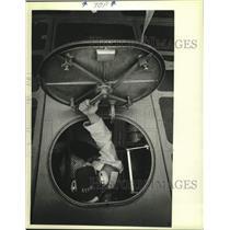1983 Press Photo Milwaukee Coast Guard Christopher Johnson opens a hatch