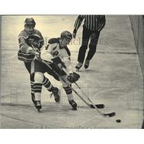 1984 Press Photo Komet Doug Rigler And Admiral Bruce McKay During Hockey Game