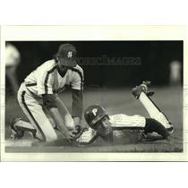 1986 Press Photo James Zamora looks for call as Doug Maratta misses tag in game.