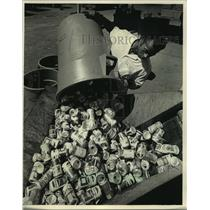 1987 Press Photo Worker at Peltz Bros. Corp., a Milwaukee recycling company