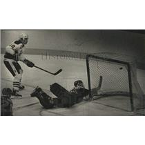 1988 Press Photo Admirals' Rob Murphy Slaps Goal Past Indianapolis' Alan Perry