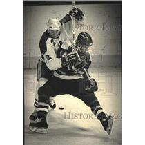 1989 Press Photo Milwaukee Admirals player Curtis Hunt battles Mike Hiltner