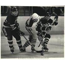 1990 Press Photo Milwaukee Admirals' Peter Bakovic between Fort Wayne players