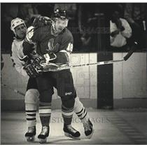 1990 Press Photo Curtis Hunt of the Milwaukee Admirals on the ice - mjc38897