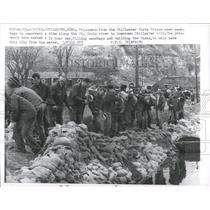 1965 Press Photo prisoners Stillwater sandbags dike - RRX98267