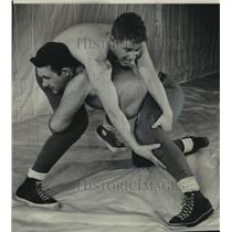 1950 Press Photo Bob Martin and John Kakacek Work Out in the Marquette Gymnasium