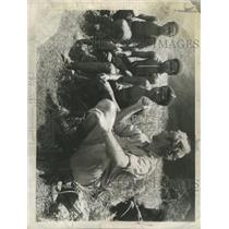 1961 Press Photo Dutch patrol officer Danis talk Guinea - RRX94225