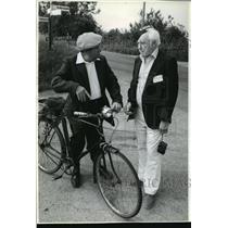 1992 Press Photo Walt Cranston Chats with Ivan Barker at England Memorial
