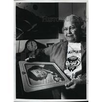 1993 Press Photo Carolyn Roshak Discusses Female World War II Veterans