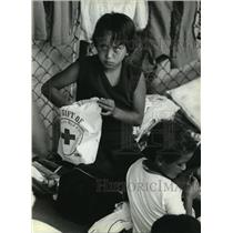 1980 Press Photo Children with their Red Cross packages and food, in Florida