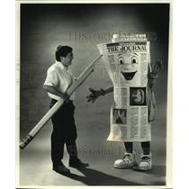 1990 Press Photo Milwaukee Journal Artist Luis Machare & The Journal's Mascot