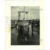 1980 Press Photo Bishop Stieffel pulls boat from water before Lipton Cup series