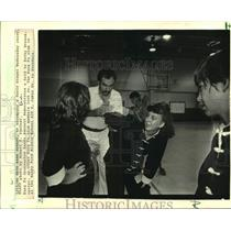 1986 Press Photo Kung Fu instructor Randy Bennett shows a hold to Kathy Breaux