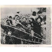 1962 Press Photo Chinese Refugees at Hong Kong Barrier Fence Wait for Food
