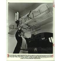 1986 Press Photo Prof. Fred Culick and replica of Wright Flyer-California