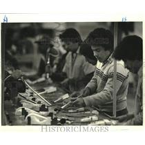 1987 Press Photo Mexican workers work along an assembly line in Rowe, New Mexico