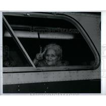 1991 Press Photo Bus Passenger Flashes Peace Sign - RRX56469