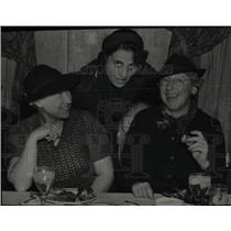 Press Photo Women Eating Dinner Formal Event With Hats - RRW78101