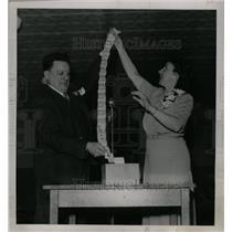 1945 Press Photo Morroe Stroecker Silven Anne News - RRW75065