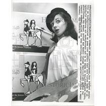 1959 Press Photo Suzy Forrest paints bras on busts. - RRW38617