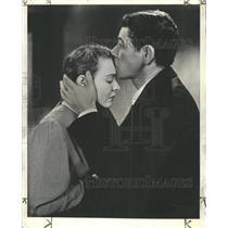1940 Press Photo Paul Muni contrive kiss future fight - RRW47427