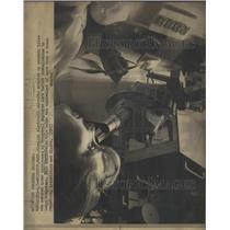 1972 Press Photo Honeywell Microscope Brighton - RRX95741