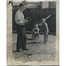 1958 Press Photo Cleveland Indians' pitcher Bob Lemon playing with sons