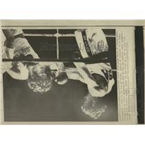 1971 Press Photo Duanne Bobic Boxes Wisley Zuleta - RRW52295