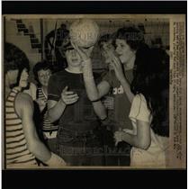 1974 Press Photo Porta High School students volleyball - RRW64867